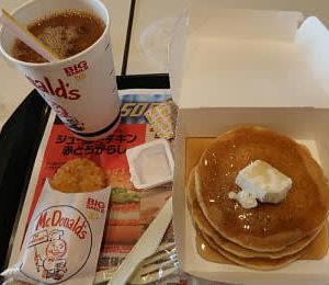 マクドナルドのパンケーキを朝食にする。