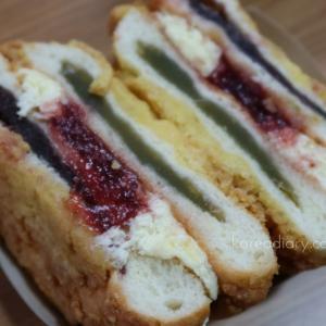韓国スタバのイチゴと餡子のパンを食してみた。