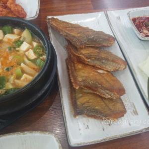 蔚山(ウルサン)で焼カレイ定食の昼食。