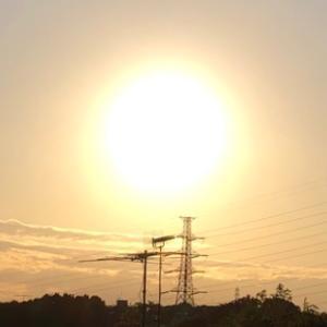 夕陽と白い月