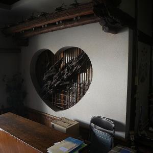 佐世保の繁栄を支えた勝富遊郭跡に建つ「松竹荘」は、昭和レトロ全開の凄まじい建物だった!