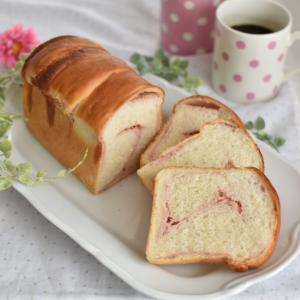 いちごのマーブルパン作り