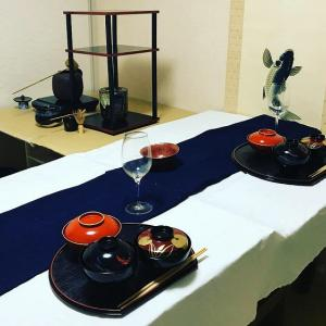 茶室にテーブルと椅子を設置してみた。テーブルクロスとワイングラスで高級レストラン感を演出。