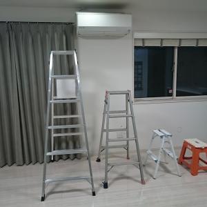 脚立の天板は「乗る跨がる座る」すべてNG!!