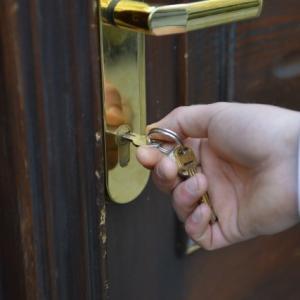 ショック!!夫に鍵を閉められました。スマホも財布もない私が取った行動は?