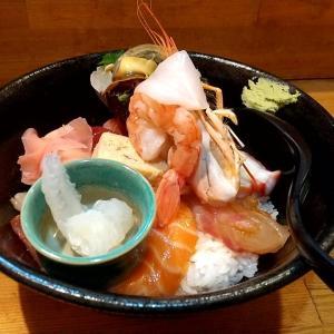 上質な厚切りのネタが一杯とサザエの殻ごとのった豪快な上海鮮丼 神戸市中央区三宮町1丁目(さんプラザ地下1階) 一寸法師