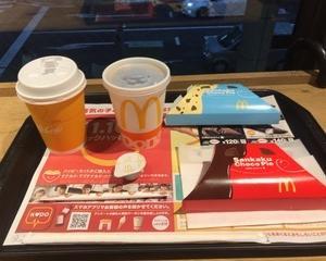 10月15日夕食(マクドナルド 三角チョコパイ 黒 + 三角チョコパイ クッキー&クリーム + プレミアムローストコーヒー(ホット))