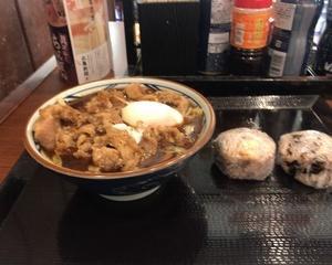 10月23日昼食(丸亀製麺 牛味噌煮うどん(温泉玉子のせ) + 鮭おむすび(十六穀米) + 昆布おむすび(十六穀米))