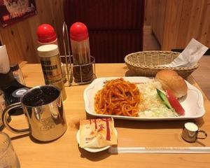 11月12日夕食(珈琲所コメダ珈琲店 カフェインレスアイスコーヒー + 「喫茶店の王道」ナポリタン)