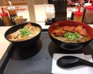 11月13日夕食(松のや 親子ささみカツ丼 + カレー唐揚げそば)