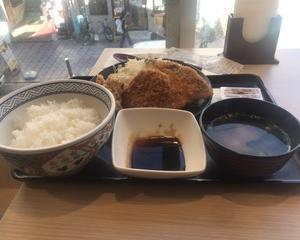 11月17日昼食(吉野家 ミックスメンチカツ定食)