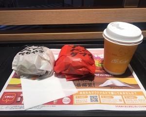 1月22日夕食(マクドナルド アツ!ベーダブチ + アツ!ベーてりやき + プレミアムローストコーヒー)