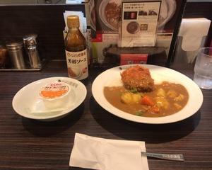 1月26日昼食(カレーハウスCoCo壱番屋 ハイカラ神戸のぼっかけコロッケカレー(やさいミックス) + とくれん オレンジゼリー)