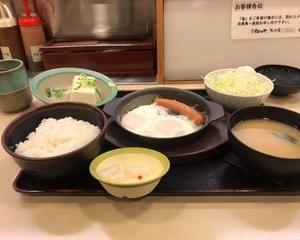 2月17日朝食(松のや ソーセージエッグ定食)