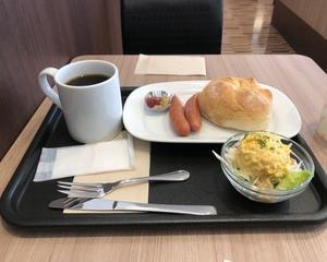 4月6日朝食(カフェ・ベローチェ モーニングC カイザートーストセット (ソーセージ/ミニサラダorヨーグルト))