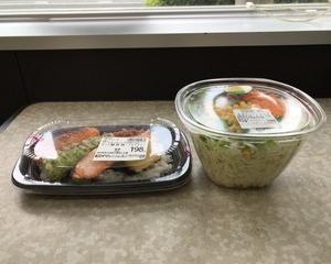 OKストア のっけ鮭弁当(イカフライ)・野菜たっぷりサラダ
