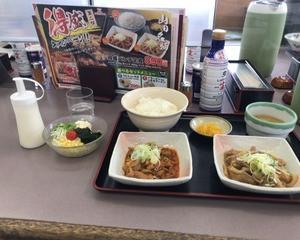 ファミリー食堂 山田うどん食堂 得盛パンチ定食・ミックスサラダ