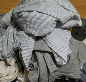 部屋着を25着捨てた!!衣装ケースも処分して棚に並べたい。