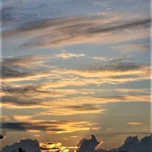 夜明けの輝く雲