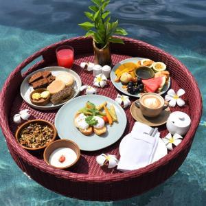 可愛すぎる!プールの中で朝食を Floating Breakfast シックスセンシズ ウルワツ
