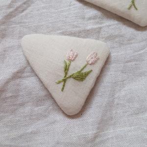 チューリップ刺繍のパッチンピン