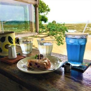 海を眺めてカフェタイム「浜辺の茶屋」(沖縄・南城)