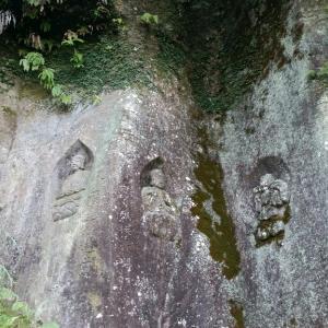 屏風状の岩壁に彫られた磨崖仏へ【高田磨崖仏】