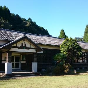 森の中にある木造校舎の小学校跡【かわなべ森の学校】