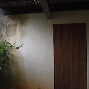漆喰壁のお掃除。