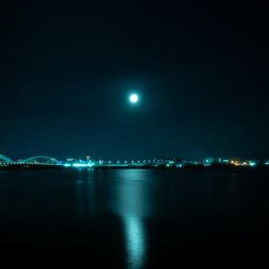 月明かり明るい明るすぎ