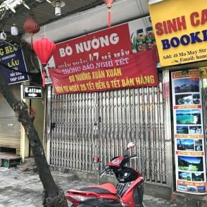 ハノイ旧市街のお店は、ほとんど閉店中…(T_T)バスも動かなくなったようです……。