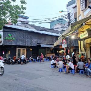 平日午後7時のハノイ旧市街「マーマイ通り」「タヒエン通り」の様子ですが…ガラガラ(T_T)