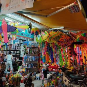 「凧(たこ)」の季節のハンマー通り。極彩色が旧市街によく映えます(^^)