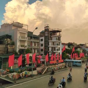 金曜日午後7時、夕日で真っ赤に染まるハノイ旧市街をパチリ!