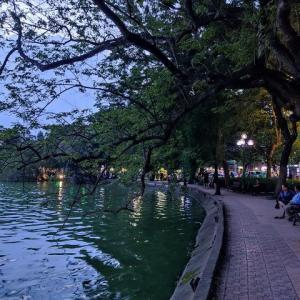 【旧市街100景②】ホアンキエム湖が夜になる少し前の風景は、穏やかだけど少し寂しげです