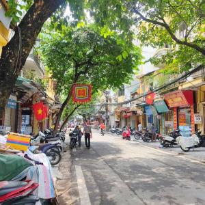 ハノイ旧市街のお寺「Đền hàng bạc」は間口が狭~いのです。