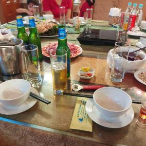 【高いor安い?】レストランで1曲1000円なり。伝統の歌声を聞きながら、みんなでワイワイ飲みました!!