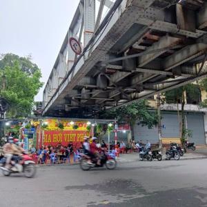 """ベトナム鉄道の""""真下""""でビアホイを飲もう!でも意外と列車は見えなかった…(ハノイ街めぐり114)"""