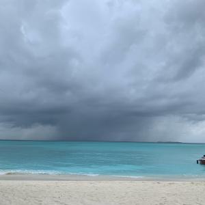 モルディブ全土、雲に覆われた一日