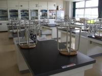 なぜ理科室の椅子には背もたれがないのか <みんなで使う理科室>