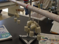 丸棒を使ったテコ実験器で <てこのはたらき>