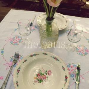 愛らしい花と甘いブロカント食器でテーブルコーデ