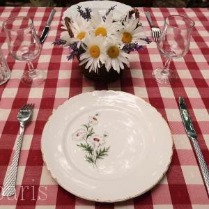マーガレット柄食器でビストロ風テーブル