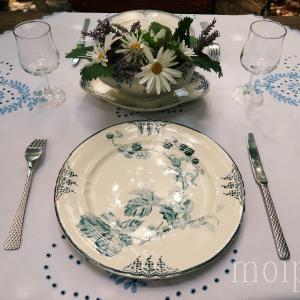 ブルーのブロカント食器でテーブルコーデ