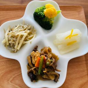 肉屋さんのコロッケと常備菜で昼食 !