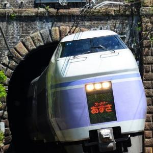 巌山トンネルを出るE351系スーパーあずさ 2015年