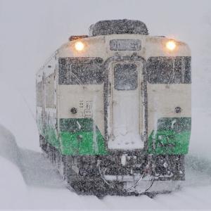 雪の魚沼田中駅に到着するキハ40