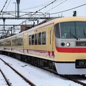 雪の所沢駅に到着するレッドアロークラシック