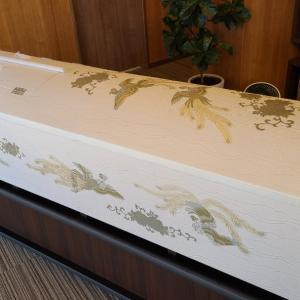 710.布張り刺繍棺