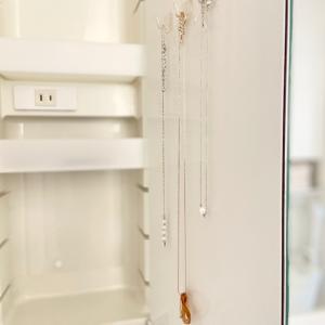 【収納】洗面所の三面鏡裏。アクセサリーの着脱を楽ちんにするために追加したセリア収納品♪